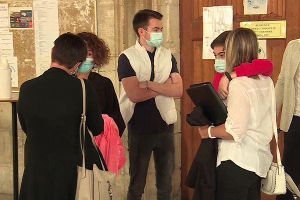 La famille de la victime de cet empoisonnement accidentel devant la salle d'audience à Rouen
