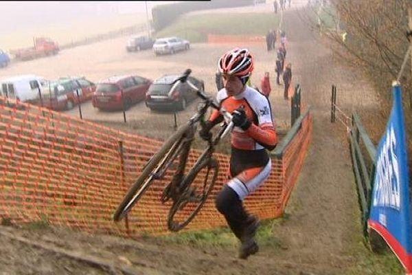 Fabien Doubey, en plein effort, dans le cyclo-cross de Quintigny