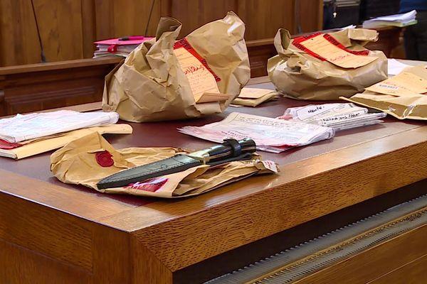 Le couteau et les pièces à conviction du procès de Frédéric de Charancé aux Assises de Pau
