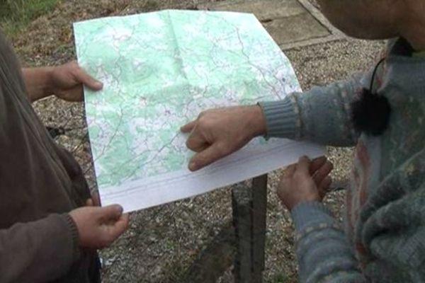 Riverains de la Diège expliquant le problème de la contamination de la Diège avec une carte IGN