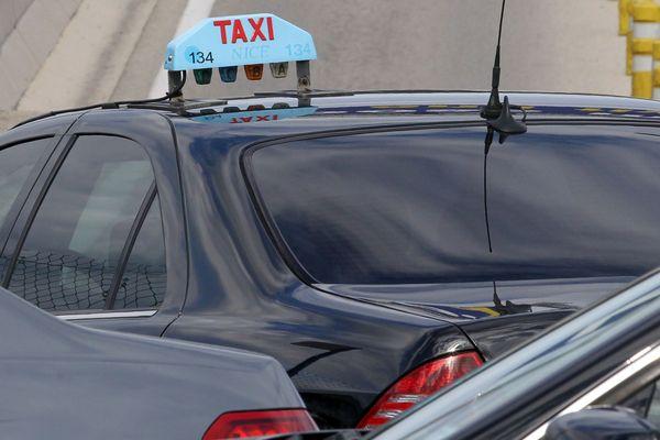 Image d'archive d'un taxi, à Nice.