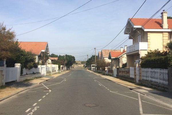 La drogue a été saisie dans une villa de Lacanau dans cette rue où les volets des maisons sont clos. Des résidences occupées essentiellement pendant les vacances.