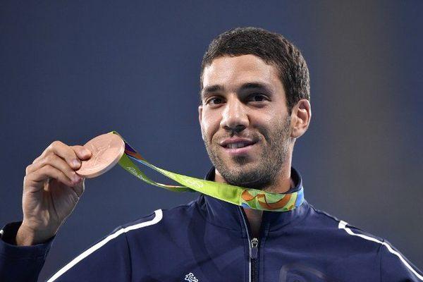 L'athlète rémois Mahiédine Mekhissi pose avec sa médaille de bronze dans sa tenue à l'effigie de Lacoste.