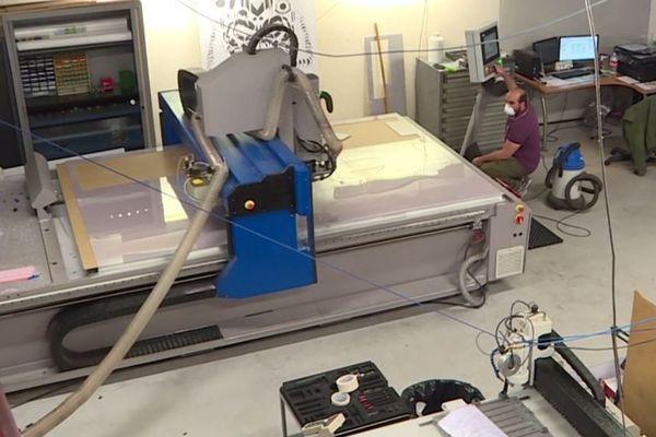 L'entreprise met ses machines de découpe laser au service de la production de ces écrans de comptoir en polycarbonate.