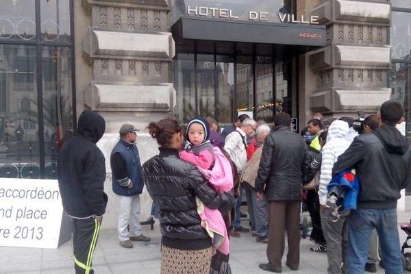Ce vendredi matin, des familles roms devant l'hôtel de ville de Roubaix. Elles viennent d'être évacuées du camp et demandent à être relogées.