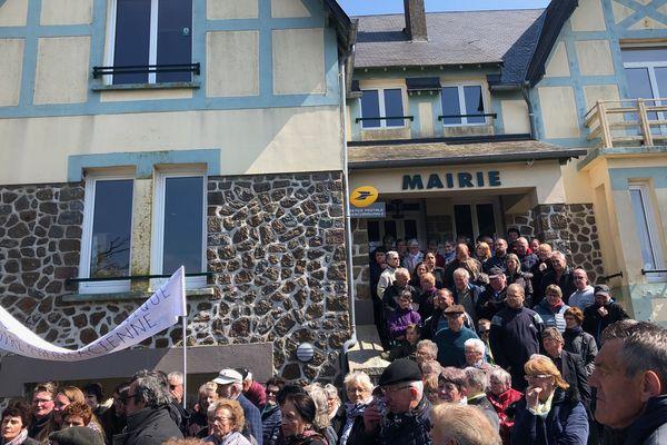 200 à 300 personnes se rassemblent devant la mairie pour protester contre le rachat de la pharmacie par un potentiel concurrent