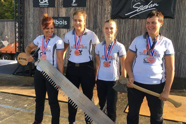 Nadine, Laure, Aude, et Rachel à la hache, les quatre bûcheronnes sportive du Timbersports féminin français à Sedan
