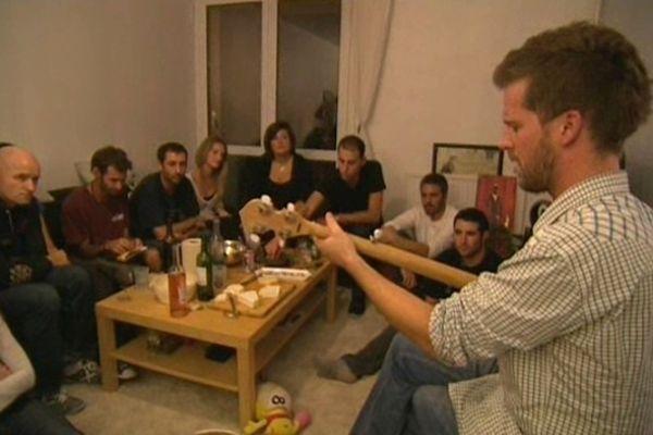 Le chanteur Yellow se produit aussi dans des appartements comme ici à Toulouse