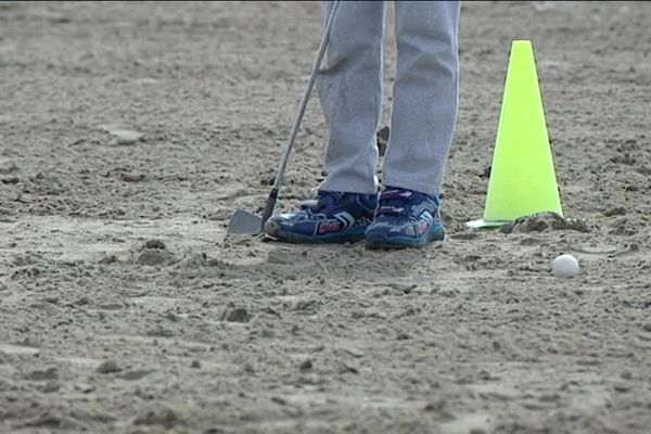 Une jeune association sétoise propose des stages de golf accessibles aux enfants des quartiers populaires, sur la plage de Sète.
