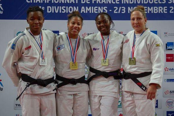 Fanny-Estelle Posvite (deuxième en partant de la gauche) décroche la médaille d'or.