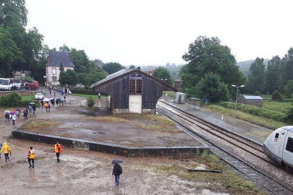 Les passagers du Limoges-Saillat sont descendus du train bloqué par la boue