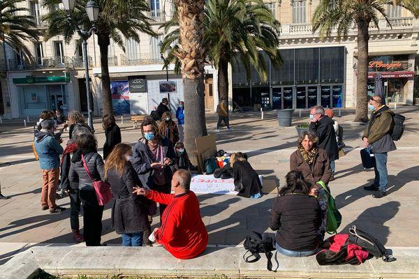 Les manifestants devant le théâtre Liberté ce dimanche.