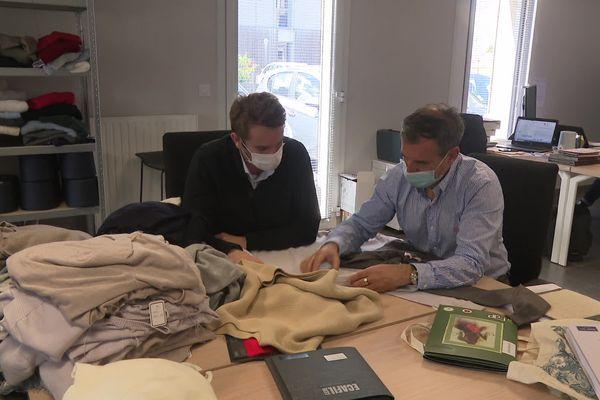 Gwendal Michel et Marc Sabardeil, tous les deux cofondateurs de 3D Tex, inspectent les pulls tricotés.