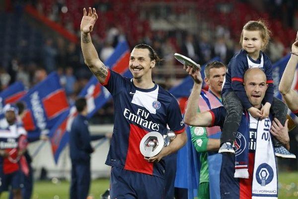 Les joueurs Parisiens, après leur victoire 4-0 face à Montpellier, lors de la dernière journée de Ligue 1, ont reçu leur trophée de Champion de France.