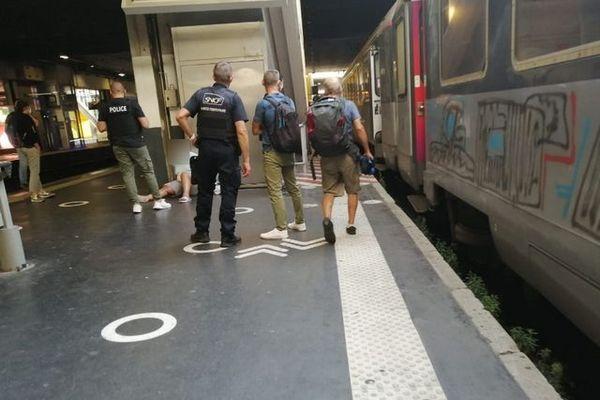 un hommedans le train a alerté posséder une bombe et avoir pris des personnes en otage. Tout était faux. L'homme, déséquilibré, a été interpellé en gare de Montpellier.