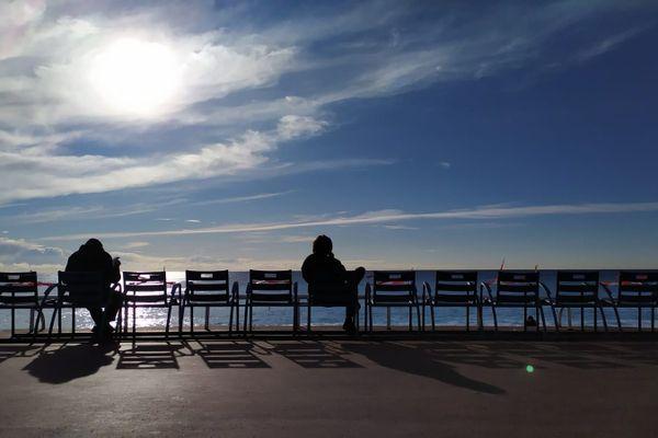 Les chaises bleues sont de retour, mais attention, une sur deux est condamnée pour respecter la distanciation sociale.