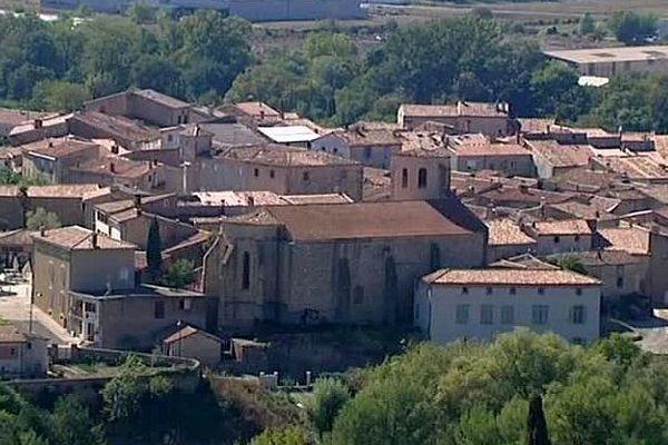 Pieusse (Aude) - le centre du village et son église - 2016.