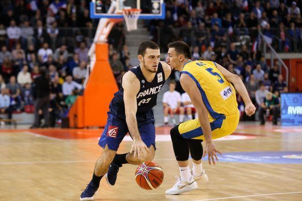 Axel Julien (à gauche) face au Bosniaque Edin Atic lors d'un match de la coupe du monde FIBA de basketball à Rouen, le 27 novembre 2017.