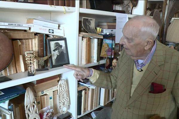Daniel Cordier à son domicile de Cannes, regardant une photo de Jean Moulin.