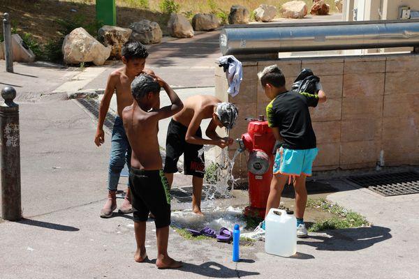 Des enfants de la communauté Rom à Marseille, près du métro Frais Vallon.