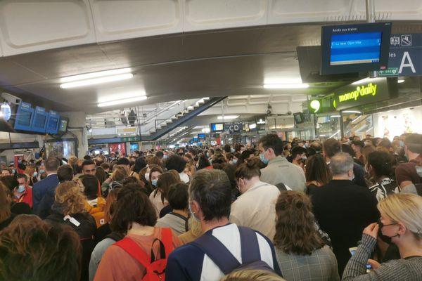 A l'intérieur de la gare des centaines de passagers tentent de trouver des informations sur le trafic, mais le site est bondé, bien plus qu'en temps normal.