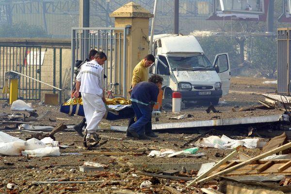 Des secouristes sur le site d'AZF, le 21 septembre 2001.
