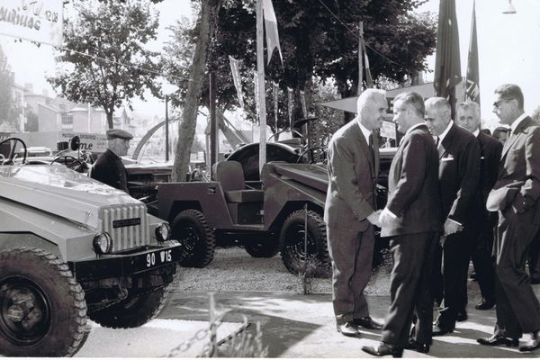 Sur son stand de la foire agricole à Aurillac, en 1967, Bernard Cournil accueille les officiels.