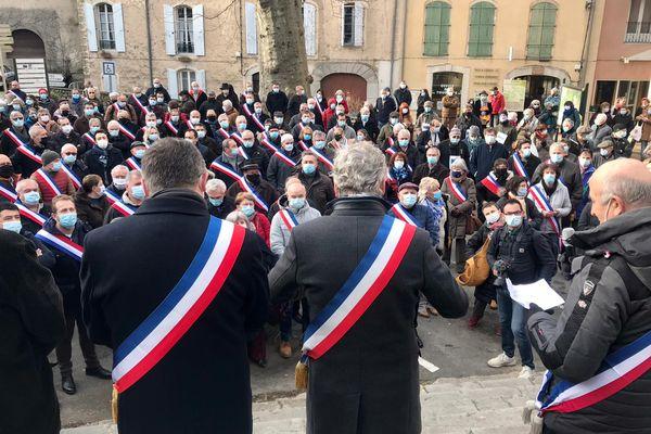 Environ 300 personnes dont 150 maires venus de tout le Gard ont manifesté leur soutien au maire de Lasalle, victime de violence sur le marché de la commune - 25/01/2021