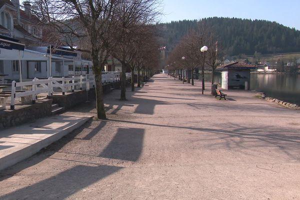 A Gérardmer, les rues sont vides depuis l'instauration du confinement par le gouvernement pour freiner la progression de la pandémie de Covid-19.
