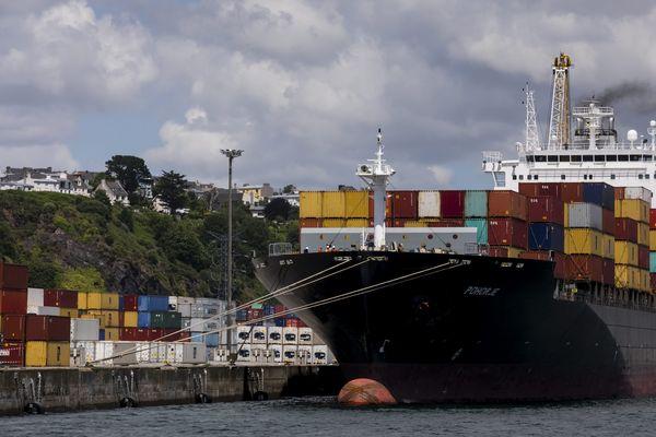 Un porte conteneurs dans le port de Brest