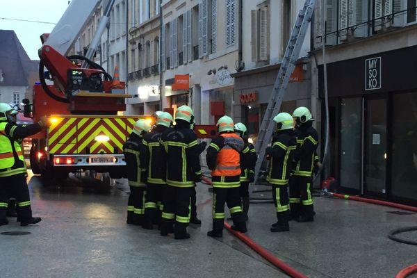 Les pompiers ont déployé trois échelles pour éteindre les flammes rue du Bourg, à Dijon.