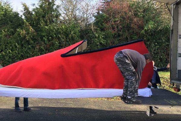 La charentaise géante fabriquée par la société Rondinaud sera vendue aux enchères à Paris au profit du Téléthon.