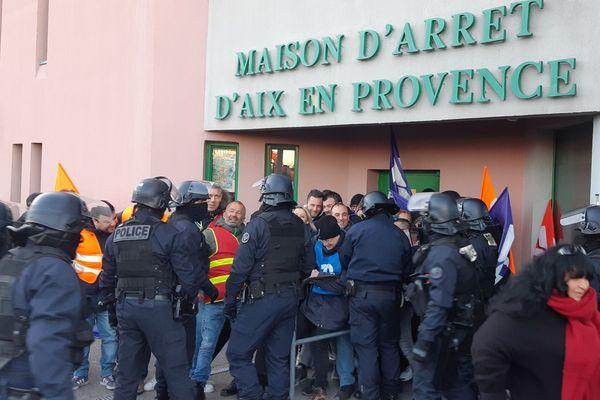 Les gardiens de la maison d'arrêt d'Aix-en-Provence ont été évacués ce matin, ils manifestaient contre le manque de moyens.