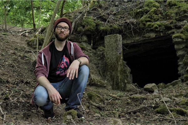 Youri Gone dans la forêt de Brocéliande qui servira de cadre naturel à la web-série autour de Kaamelott