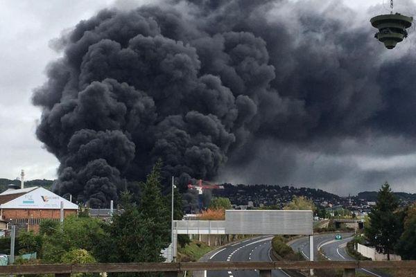 Incendie Lubrizol à Rouen : un épais nuage de fumée se dégage vers le nord de la ville.