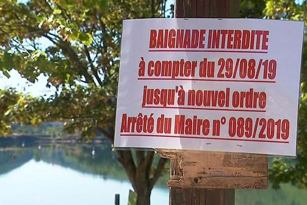 Lac de Villefort (Lozère) - la baignade est interdite à cause d'algues toxiques, la consommation du poisson également - 2019.