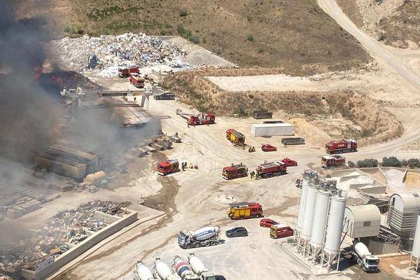 Le feu s'est propagé à un entrepôt et une pinède aux alentours avant d'être maîtrisé