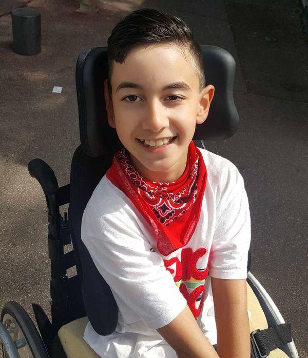 Yanis, 12 ans, rêvait d'avoir un fauteuil roulant électrique pour se déplacer tout seul