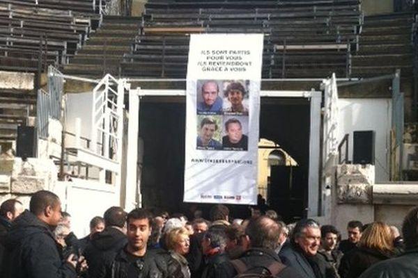 La banderole de soutien aux otages de Syrie dans les arènes de Nîmes le 6 février 2014