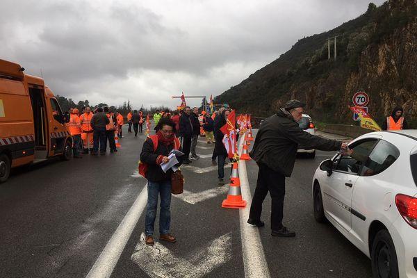 Une centaine d'agents d'Enedis et de la direction interdépartementale des routes bloquent le tunnel de la Vierge à Lodève - 19 décembre 2019
