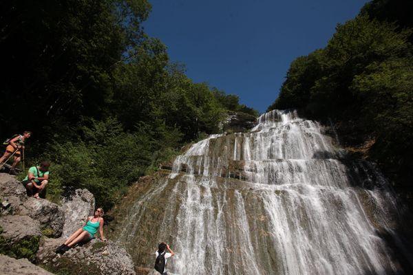 A la belle saison, les cascades du Hérisson sont prisées par les touristes, randonneurs.