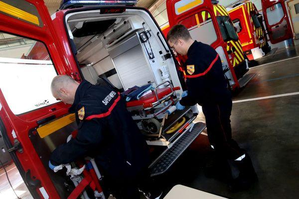 ILLUSTRATION. Des pompiers préparent leur véhicule avant une nouvelle intervention.