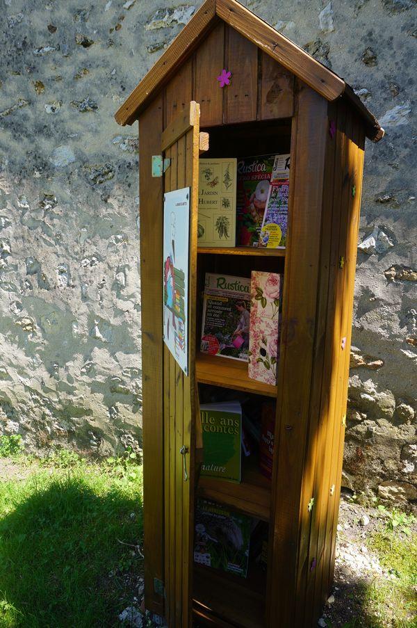 Des étagères, des livres, un banc, un jardin pour découvrir les savoirs du jardin.