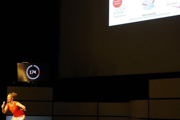 """La doctorante Camille Rouillon présente sa thèse """"Etude de l'impact des vieillissements photochimique, thermique et climatique sur les propriétés d'aspect de polypropylènes teintés masse colorés"""" pendant la finale française de """"Ma thèse en 180 secondes"""", le 3 juin 2015 à Nancy."""