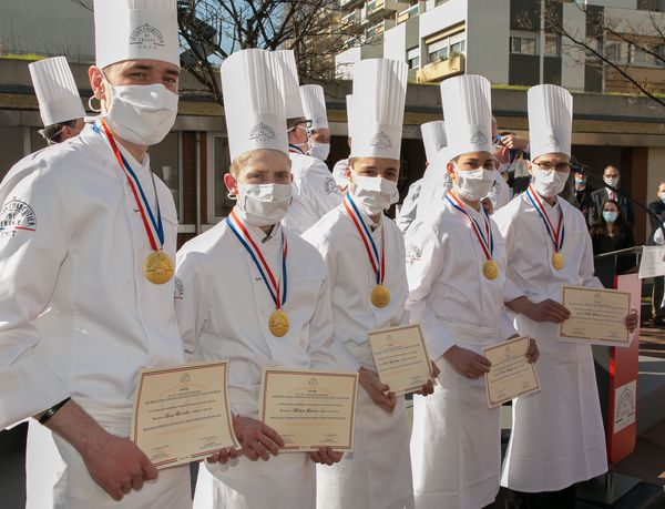 Le Meusien Loan Brunella (1er à gauche) et les quatre autres lauréats du 50e Concours National des Meilleurs Apprentis de France Charcutiers Traiteurs