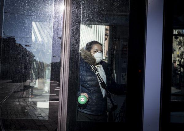 """""""Le masque est très fort dans une image, on l'associe tout de suite au covid"""" : femme masquée dans le tramway à Strasbourg le 31 mars 2020."""