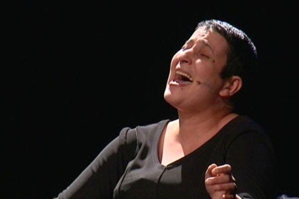 Nouara Naghouche sur la scène du Théâtre de Haguenau