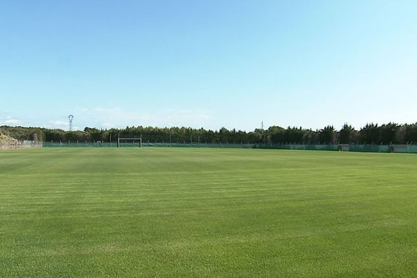 La pelouse du stade de Baillargues près de Montpellier, parfaite pour l'entraînement des footballeuses - juin 2019.