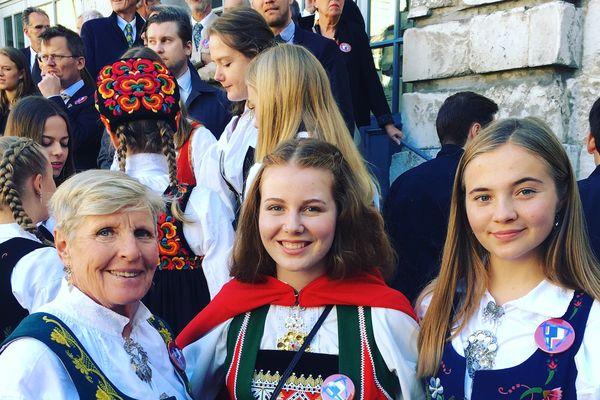 Ces Norvégiennes avaient revêtu leur costumes traditionnels à l'occasion de la visite de leur reine au lycée Corneille à Rouen lundi 24 septembre 2018.