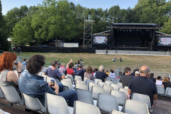 Les spectateurs commencent à prendre possession du site du festival.